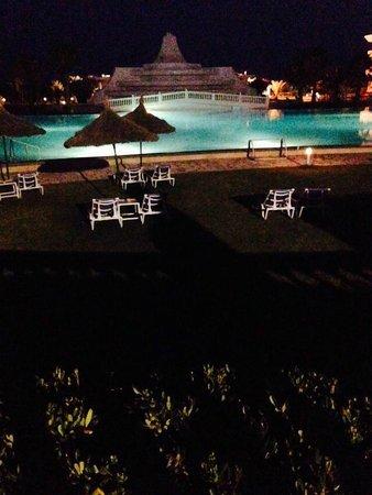 Golden Tulip Taj Sultan Resort : piscine le soir