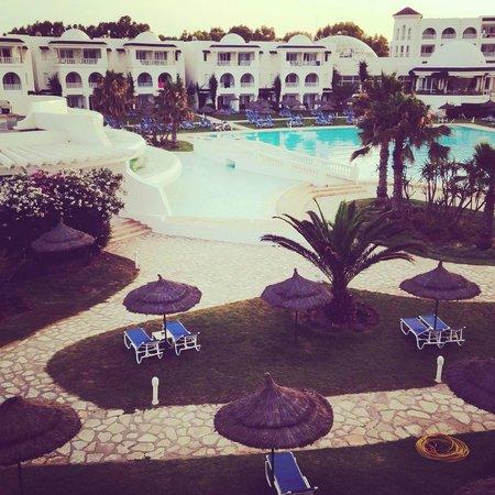 Golden Tulip Taj Sultan Resort : vue de la chambre! (piscine le soir)