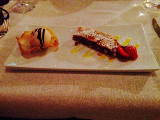 Hotel Camana Veglia: Strudel di mele con gelato alla cannella