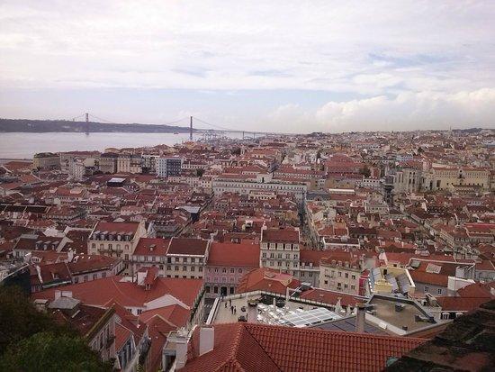 Holiday Inn Lisbon: Essa vista é de cima do Castelo de São Jorge