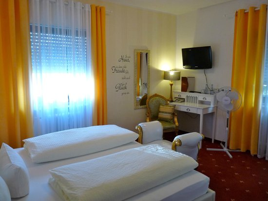 Hotel Geissler: Fernseher und Schreibtisch im Doppelzimmer