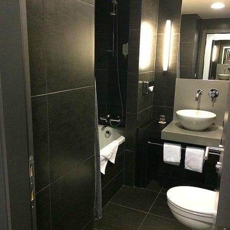 Ramada Brussels Woluwe: The modern bathroom