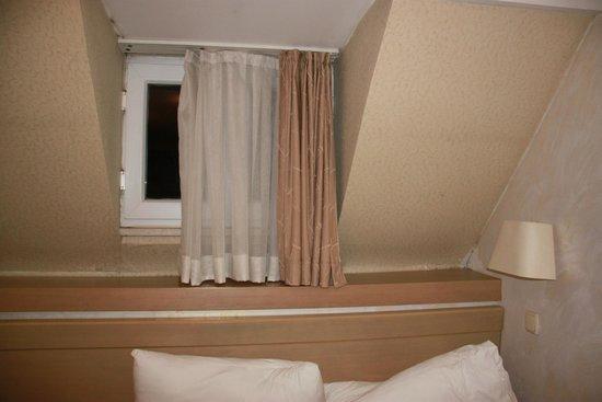 Q Hotel Istanbul: Номер на чердаке с маленьким окном