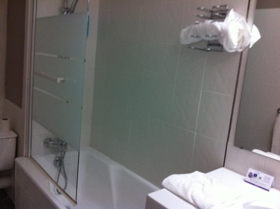 Timhotel Chartres Cathedrale: care when stepping into shower