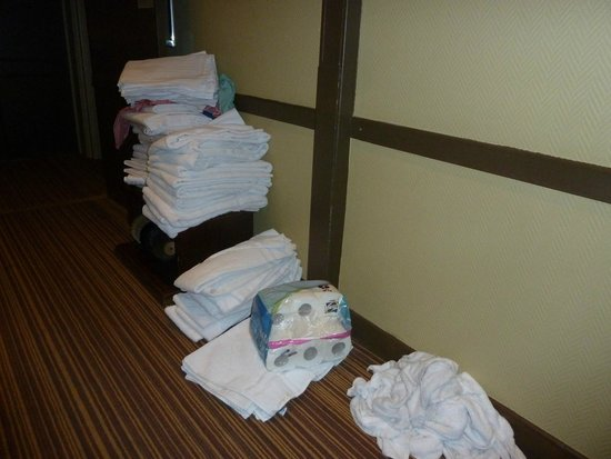 Best Western Residence Cour Saint Georges: clean towels and sheets dropped on the floor in the corridor