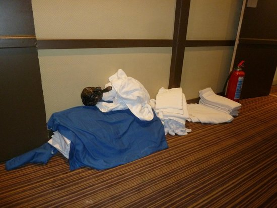 Best Western Residence Cour Saint Georges: Full bag of garbage on top of clean sheets and towels dropped in the corridor