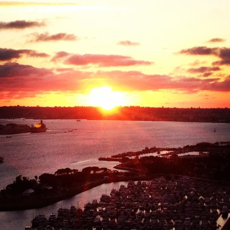Hilton San Diego Bayfront: Beautiful sunset from our room on the 27th floor