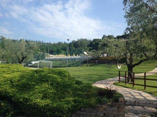 Poiano Resort Appartamenti: Football area looking up towards pool