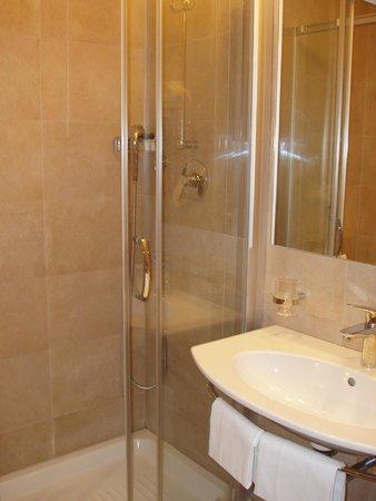 Grand Hotel Fleming: Λειτουργικό και καθαρό μπάνιο