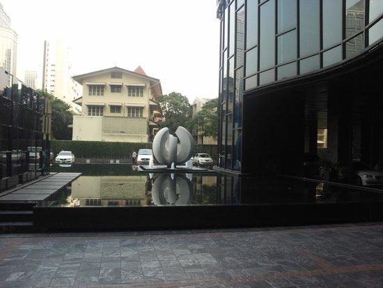 Renaissance Bangkok Ratchaprasong Hotel: Возле отеля