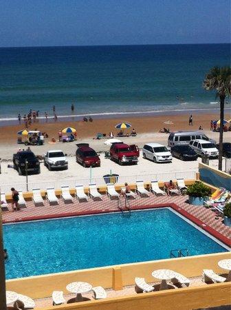 Fountain Beach Resort: View of pool & beach from unit 405 balcony