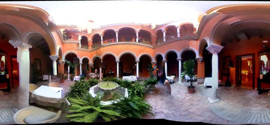 Boutique Hotel Casa del Poeta: panoramic of courtyard at hotel