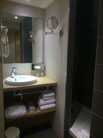 Mercure Paris Gare de Lyon TGV: salle de bain et douche italienne
