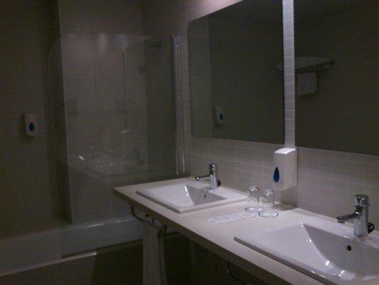 Hotel Playa Azul : El baño muy limpio / The bathroom was very clean
