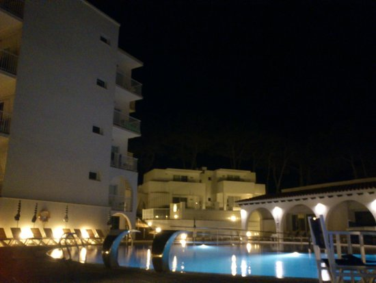 Hotel Playa Azul : El hotel de noche, muy bonito