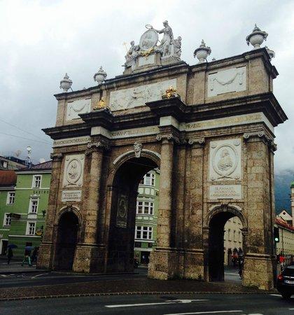Hilton Innsbruck: este arco, marco histórico da cidade, fica à esquerda da saída do hotel, a aproximadamente 50 me