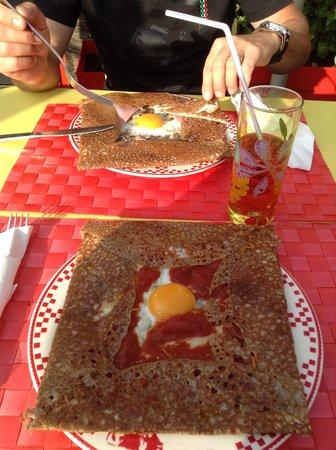 La potion magique : galette oeuf-fromage-tomate et galette jambon-oeuf-fromage-champignons frais à la crème