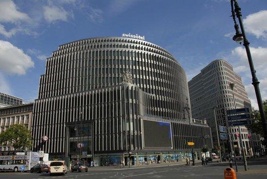 Swissotel Berlin : Die imposante Hotelfassade