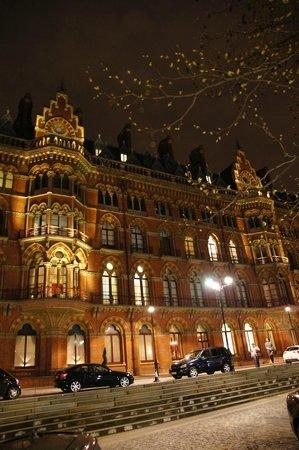 St. Pancras Renaissance Hotel London : L'extérieur
