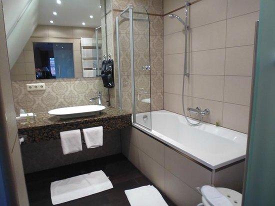 Burghotel: Banheiro amplo e muito agradável!