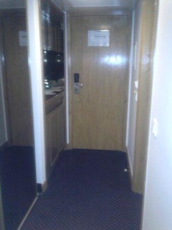 Tryp Coimbra Hotel : A entrada do quarto.