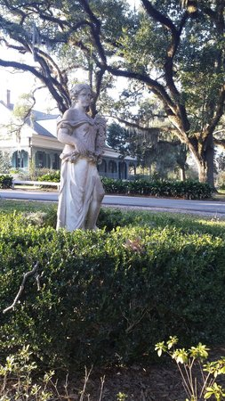 The Myrtles Plantation: The driveway leading up the the Myrtles