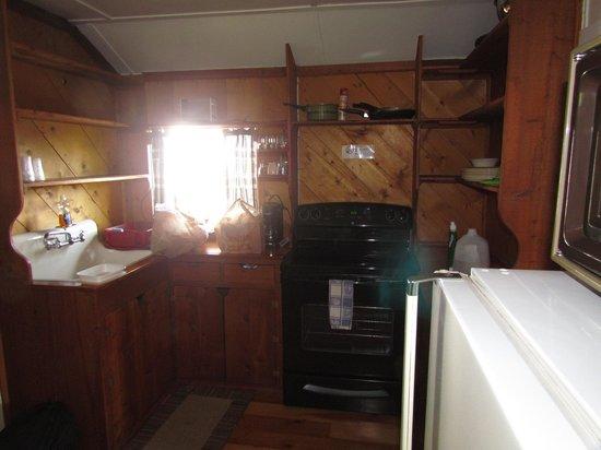 Whistling Swan Motel: Fully stocked kitchen.