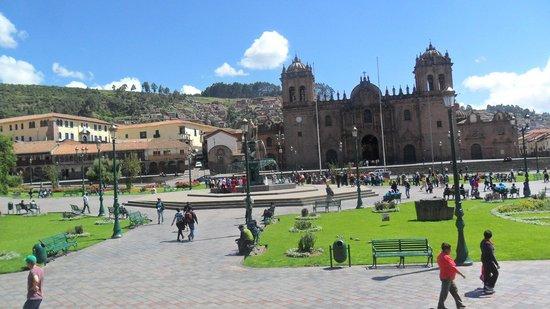 Del Prado Inn: Plaza de armas, a entrada do hotel está a menos de 20m metros do Mac Donalds
