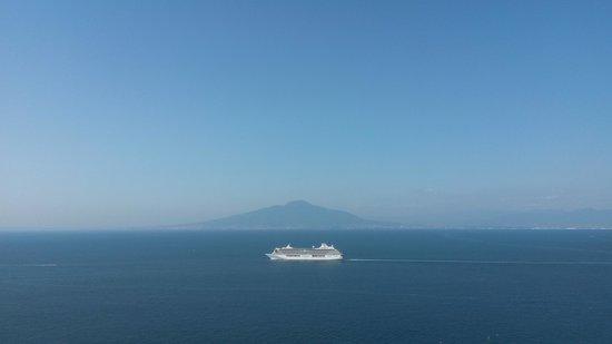 Hotel Bristol: Vesuvius view with Cruise ship