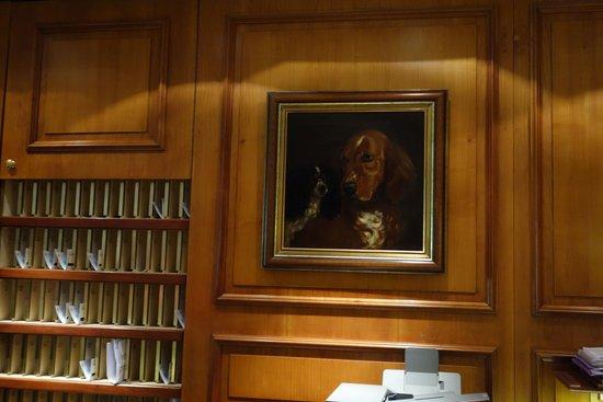 Hôtel Splendid : 櫃檯上有飯店主人飼養的狗的畫像