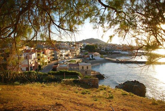 Marelina Villas & Apartments: Vue sur le port et l'hôtel