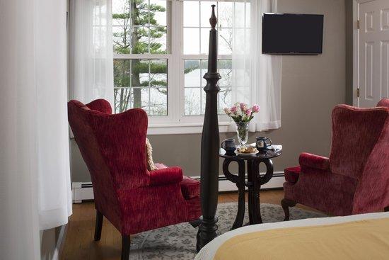 Wolf Cove Inn: Enjoy a good book with lakeside views in Sebago Lake Room.