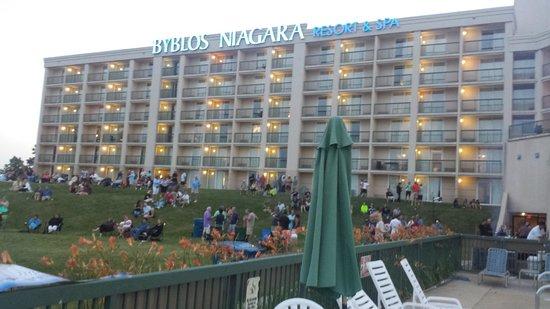 Radisson Hotel Niagara Falls - Grand Island : the hotel facing the river
