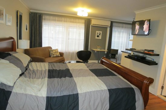 Merrickville Guest Suites : very roomy suite