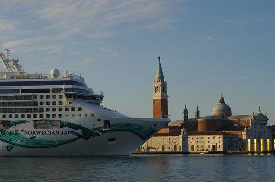 San Giorgio Maggiore: Круизный лайнер на фоне собора