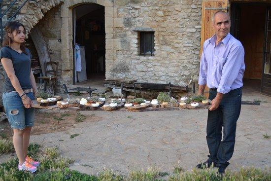 La Ferme du Castelas : Gianni porta i formaggi fatti in casa!!
