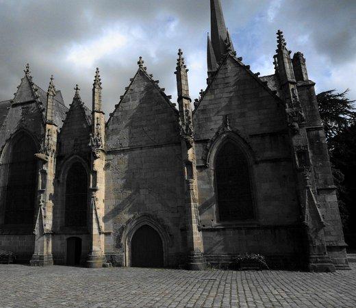 Eglise Saint-Sulpice de Fougeres: Le parvis