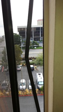 DoubleTree by Hilton San Francisco Airport : Broken screen