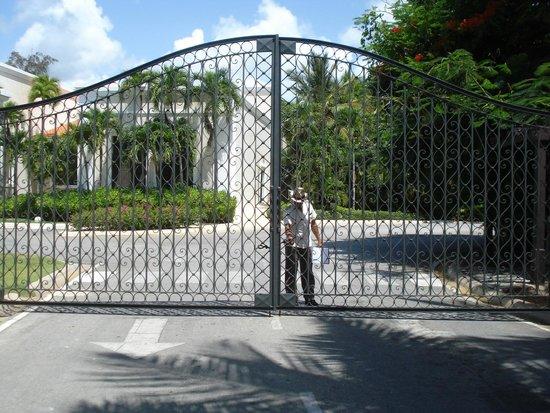 Dreams Palm Beach Punta Cana: front gate to Dreams Palm Beach