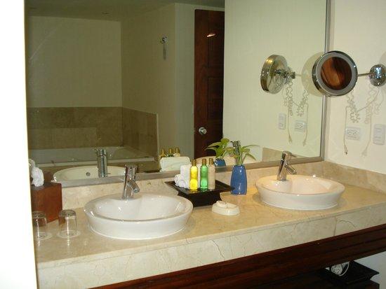 Dreams Palm Beach Punta Cana: Humungad Bathroom in the Prefeered section
