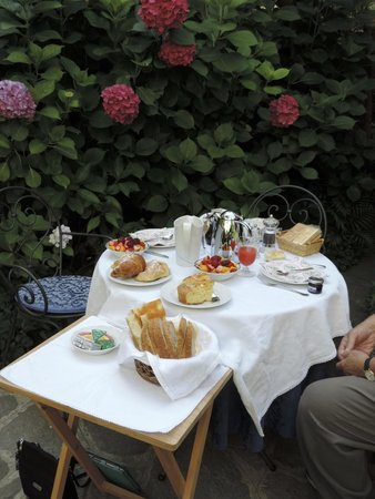 Il Giardino Incantato Bed and Breakfast : Typical Breakfast Setting
