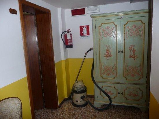 Hotel Canal: pasillo con un aspirador que estuvo ahí los 4 días