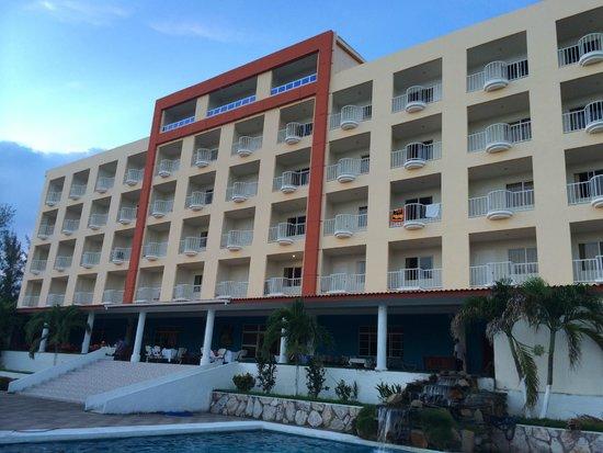 Comfort Inn Bahia Dorada: Vista del hotel desde piscina