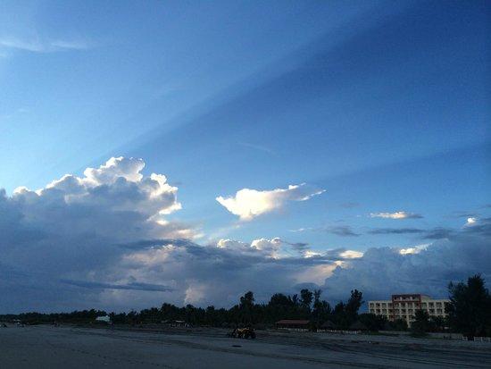 Comfort Inn Bahia Dorada: Vista del hotel desde playa