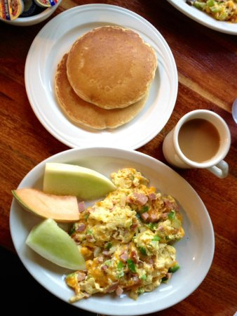 Denver Scramble with pancakes and fresh fruit - Foto van Manny's ...
