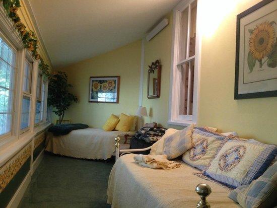 อิมพีเรียล, เนบราสก้า: Step down from the main bedroom into the wrap-around porch part of the Sunflower Suite