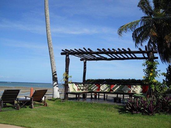 Hotel Porto do Zimbo: Espaço para descanso ao lado da piscina