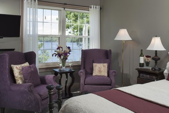 Wolf Cove Inn: Nature shines in your window in the Cadillac Mountain Suite.