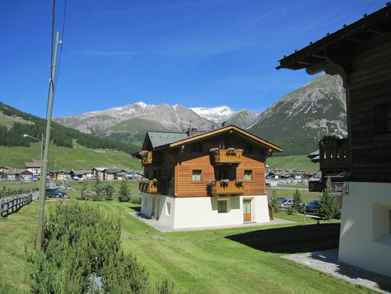 Les Fleurs Bleues Chalets Aparthotel: View of one of the chalets