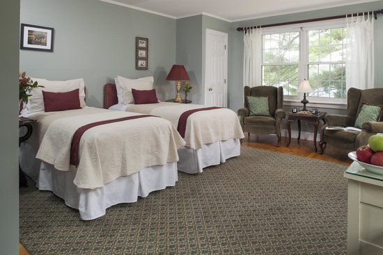 Wolf Cove Inn: Moosehead Lake has great lake views and twins that can be made to a king bed.